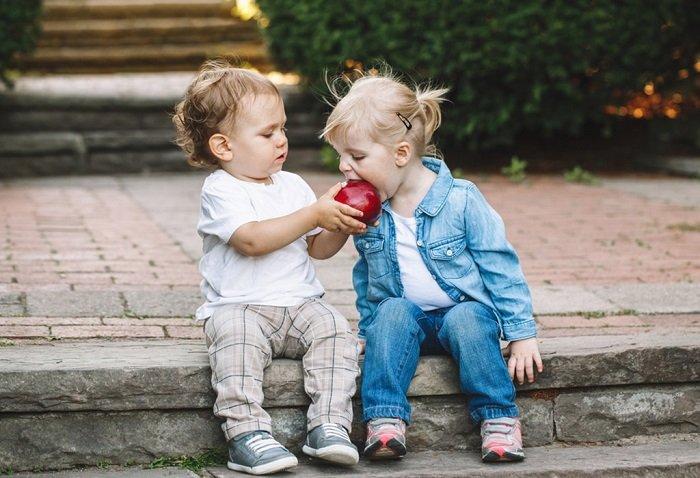 Nhiều bố mẹ hay mắc lỗi trong việc dạy trẻ em cách ứng xử.