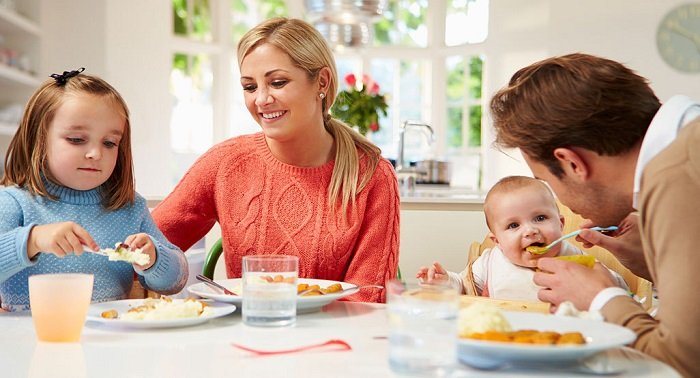 Tuy nhiên, không phải bố mẹ nào cũng biết cách giúp trẻ ăn ngoan trong bữa cơm gia đình.