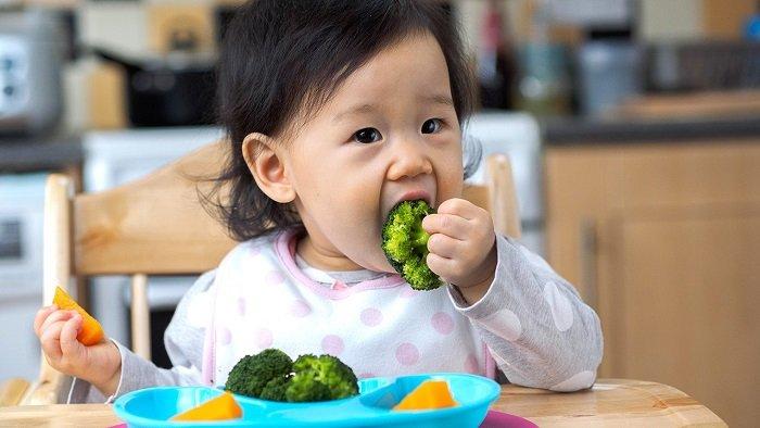 Em bé ăn rau