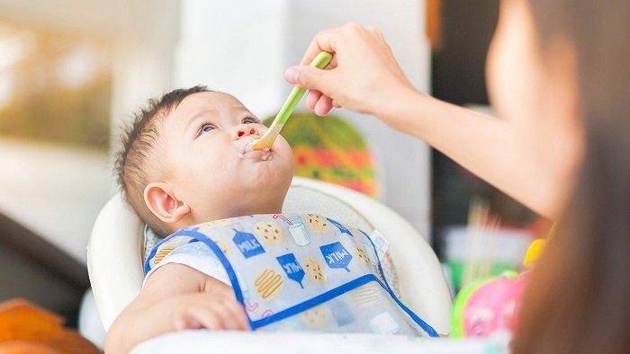 Em bé ăn ngoan