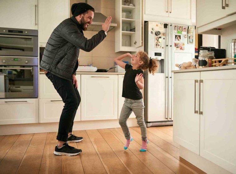 bố và con gái cùng chơi vui vẻ