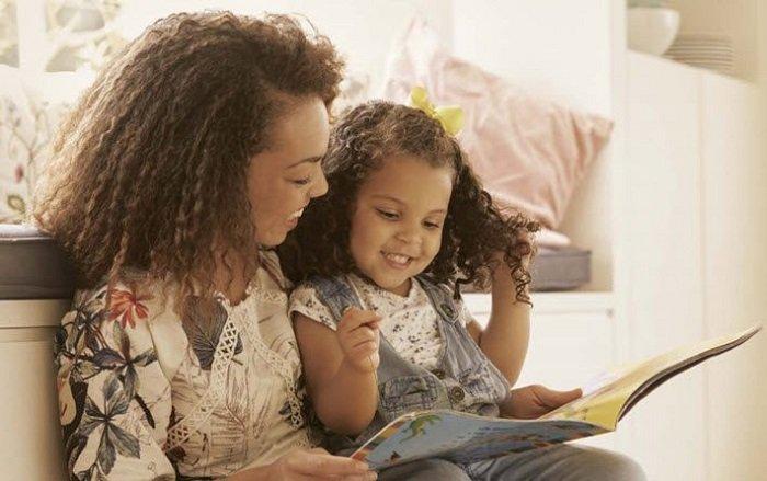 Bố mẹ có thể đọc thơ cho trẻ 2 tuổi mỗi ngày, giúp trẻ nâng cao khả năng ngôn ngữ.