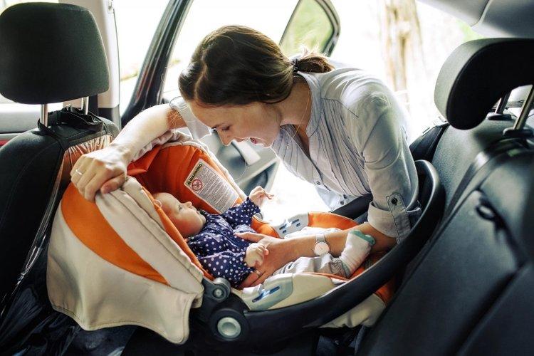 có nên dùng ghế ô tô cho trẻ hay không
