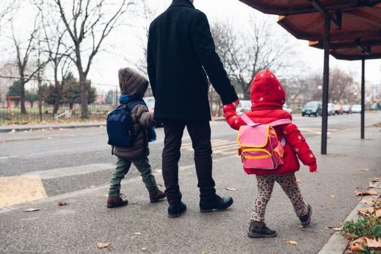 bố mẹ dành nhiều thời gian để cùng con làm quen với trường lớp mới