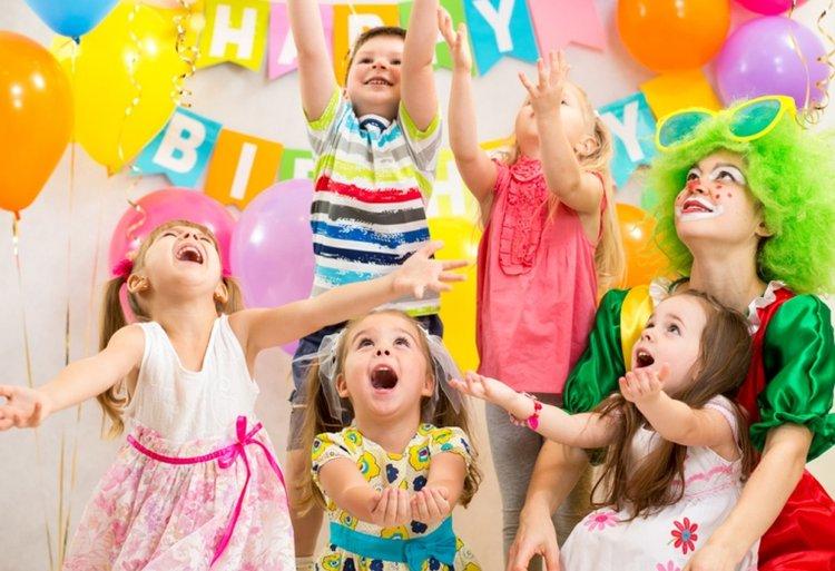 tổ chức tiệc chia tay cho con với thầy cô và bạn bè trước khi chuyển trường mầm non cho bé