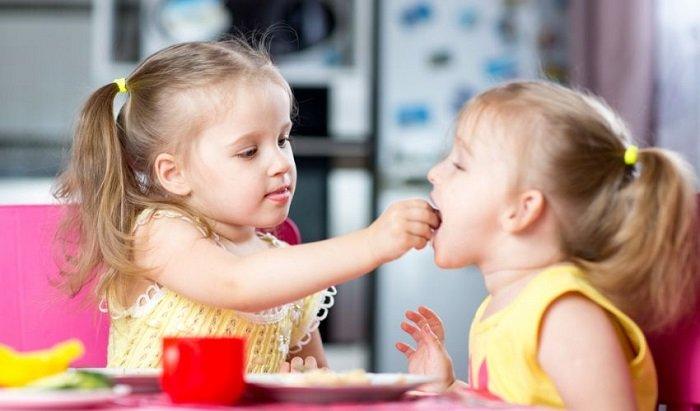 dạy trẻ chia sẻ đồ ăn