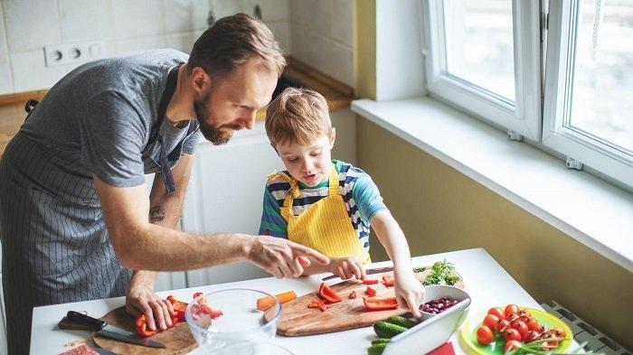 bé cùng bố nấu ăn