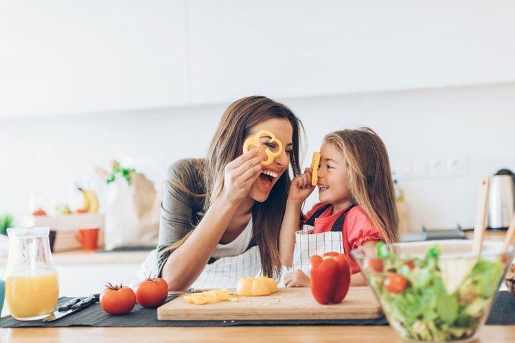 mẹ và trẻ cùng nấu ăn