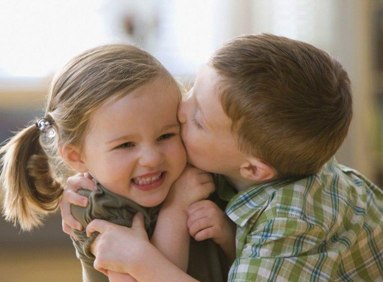 ôm hôn bạn bè là một hành vi tình dục bình thường ở trẻ