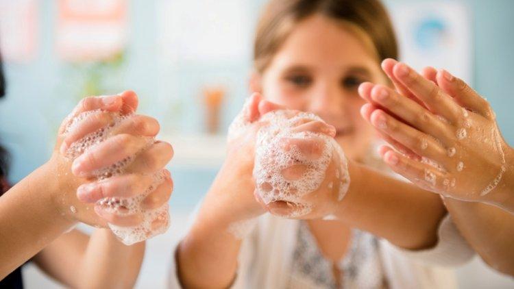 bố mẹ dạy trẻ rửa tay sạch sau khi chơi đùa cùng thú cưng