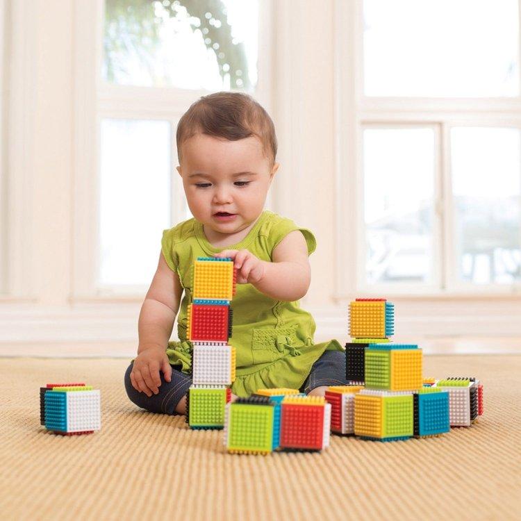 bé chơi xếp tháp bằng khối vuông