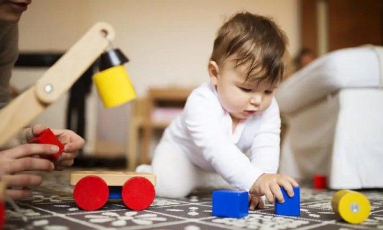 bé sơ sinh chơi đồ chơi