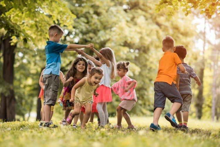 trẻ vui chơi ngoài trời, vui chơi giúp trẻ phát triển cảm xúc