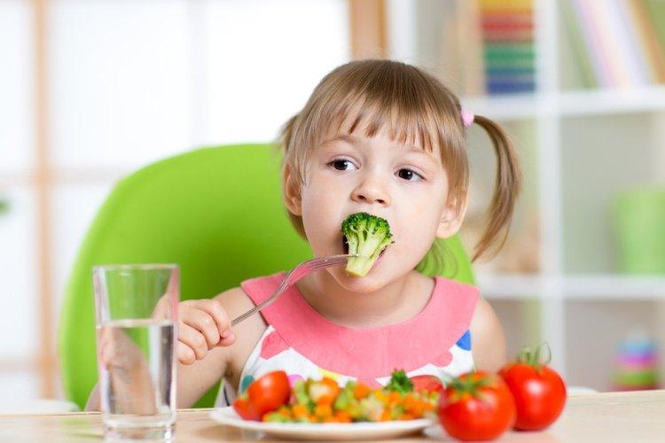 trẻ ăn nhiều rau xanh và hoa quả