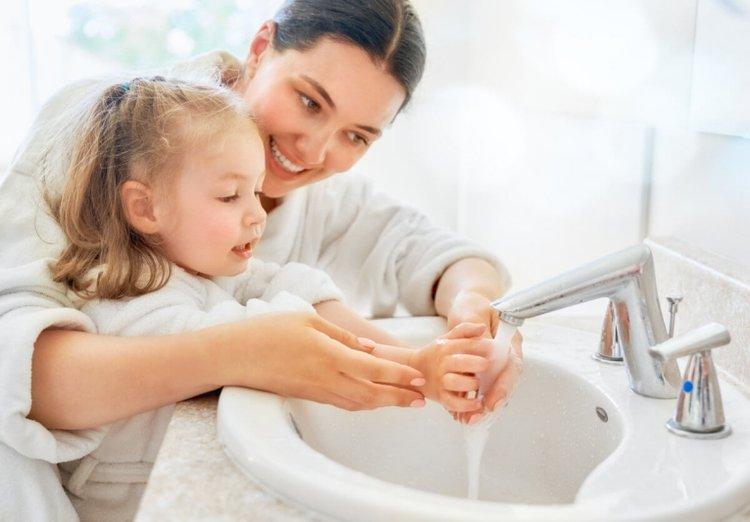 mẹ hướng dẫn bé rửa tay thật sạch