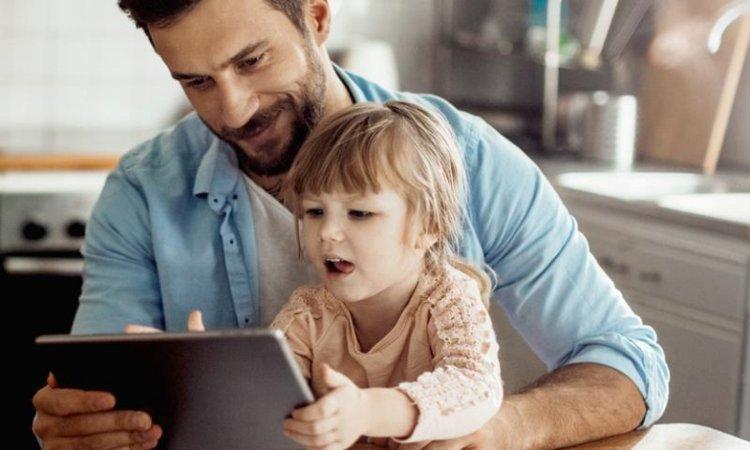 bố cùng trẻ xem máy tính bảng