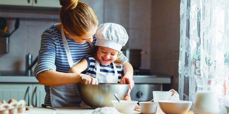 mẹ cùng trẻ vào bếp