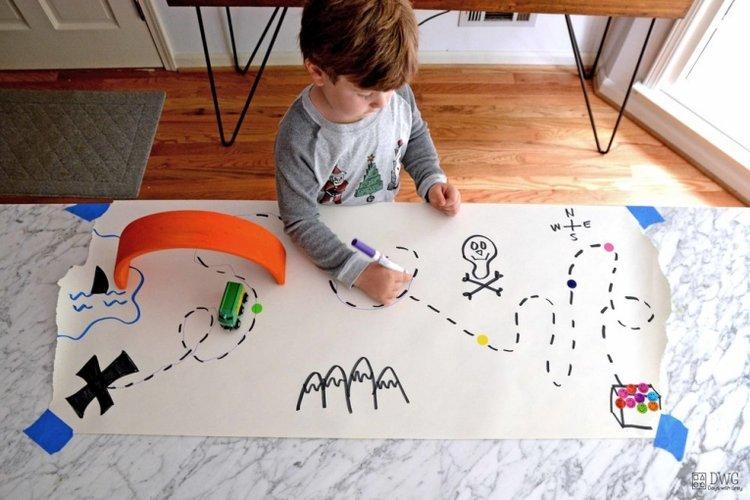 trẻ 4 tuổi tập vẽ theo nét đứt