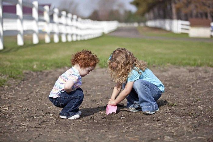Việc có nên để trẻ nghịch bẩn hay không hoàn toàn phụ thuộc vào môi trường nghịch của trẻ ra sao.