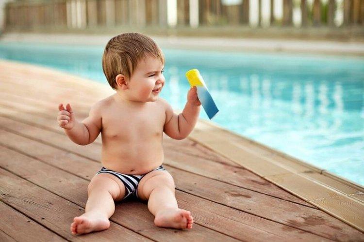 thoa kem chống nắng cho trẻ khi đi bơi