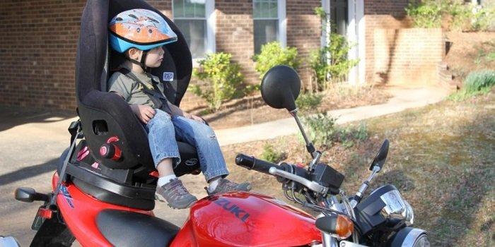 chở bé đi xe máy an toàn