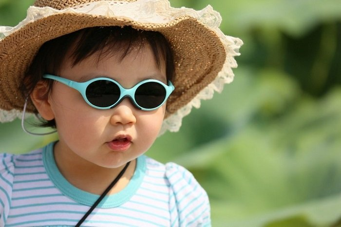 trẻ sơ sinh có nên đeo kính râm