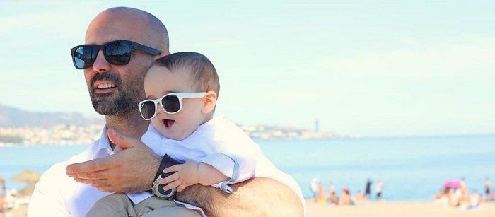bố và bé đeo kính râm