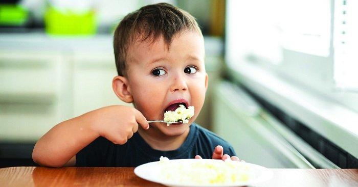 mấy tuổi cho trẻ ăn cơm