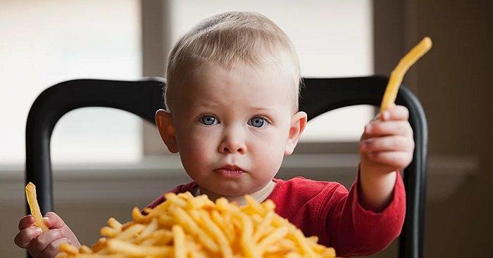 có nên cho trẻ ăn vặt