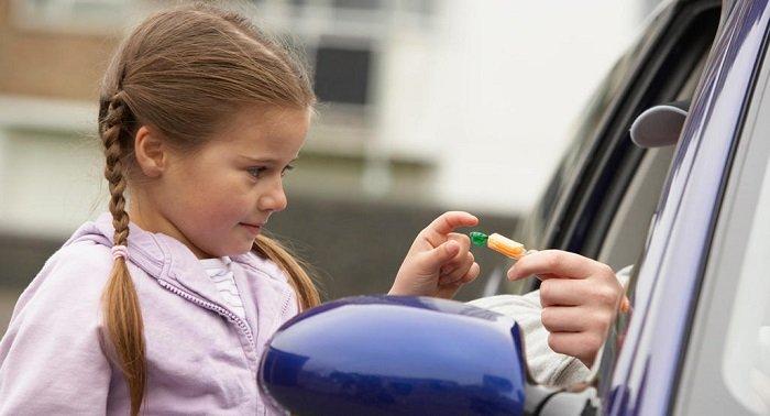 Dạy trẻ không đi theo người lạ là kỹ năng cần thiết mà bố mẹ nên trang bị cho con từ sớm.