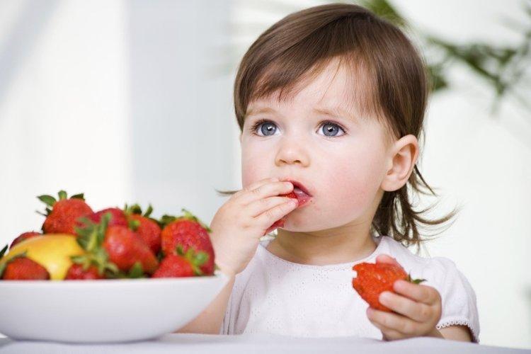 trẻ ăn hoa quả bổ sung vitamin C