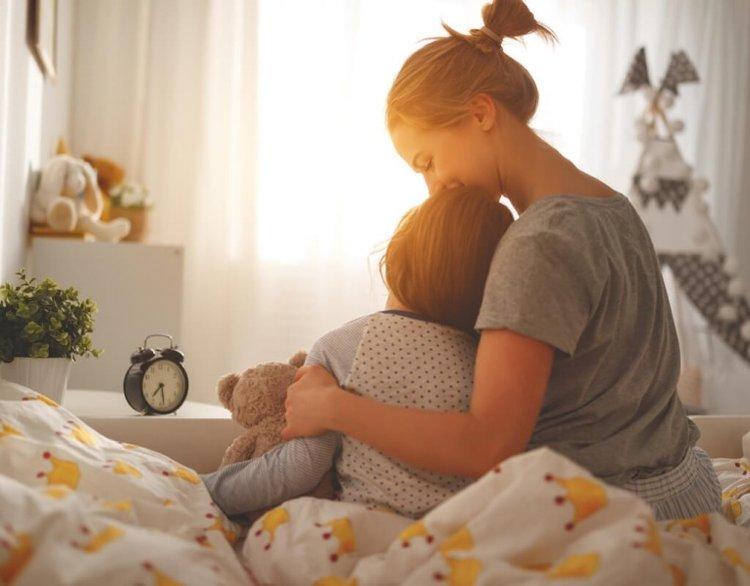 mẹ giữ ấm cho trẻ để tránh trẻ bị dị ứng thời tiết