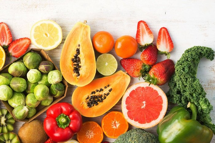 Đủ đủ và dâu tây là những loại thực phẩm giàu vitamin C cho trẻ.