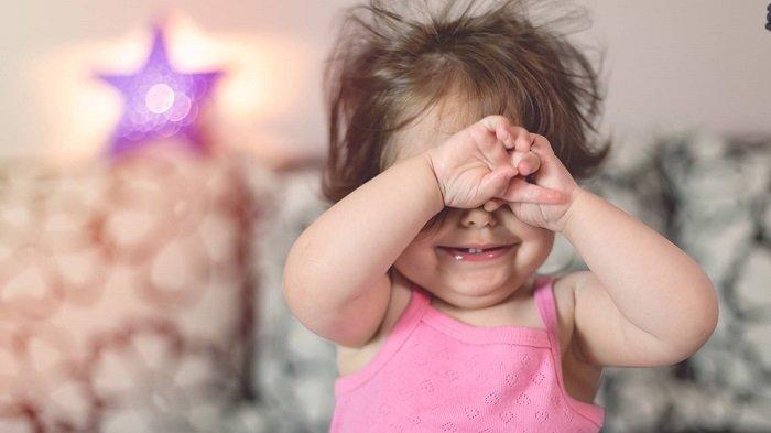 bé hay chớp mắt liên tục