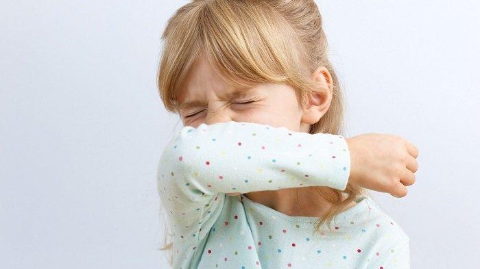 Trẻ che miệng khi hắt xì