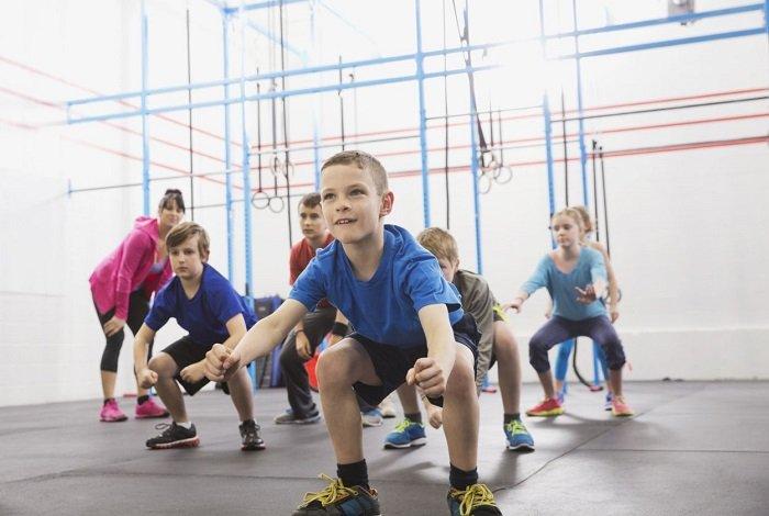 Một trong những điều bố mẹ cần hướng dẫn khi dạy trẻ thói quen lành mạnh đó là tạo thói quen tập thể dục.